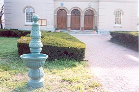 [photo, Dorchester County Courthouse entrance and fountain, 206 High St., Cambridge, Maryland]