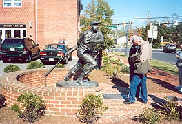 [photo, William (Swish) Nicholson statue, North Cross St., Chestertown, Maryland]